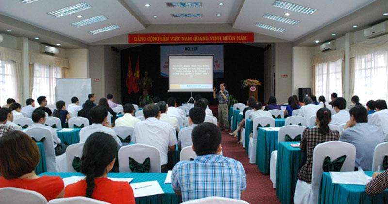 Cán bộ Viện tham gia giảng bài lớp tập huấn Quản lý chất thải y tế