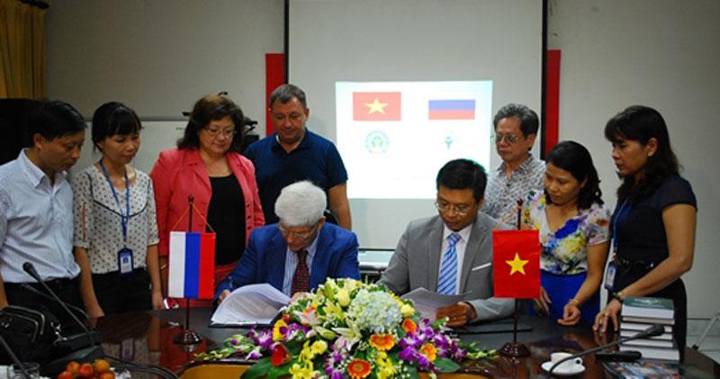 Ký kết hợp tác nghiên cứu giữa Viện Sức khỏe nghề nghiệp và môi trường Việt Nam và Viện nghiên...