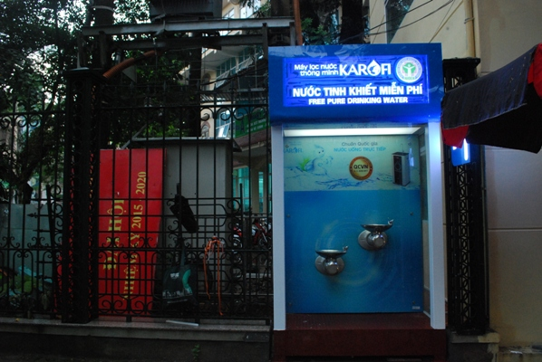 Viện Sức khỏe nghề nghiệp và môi trường lắp đặt cây lọc nước sạch miễn phí cho người dân trên tuyến phố Lê Quí Đôn, Hà Nội.
