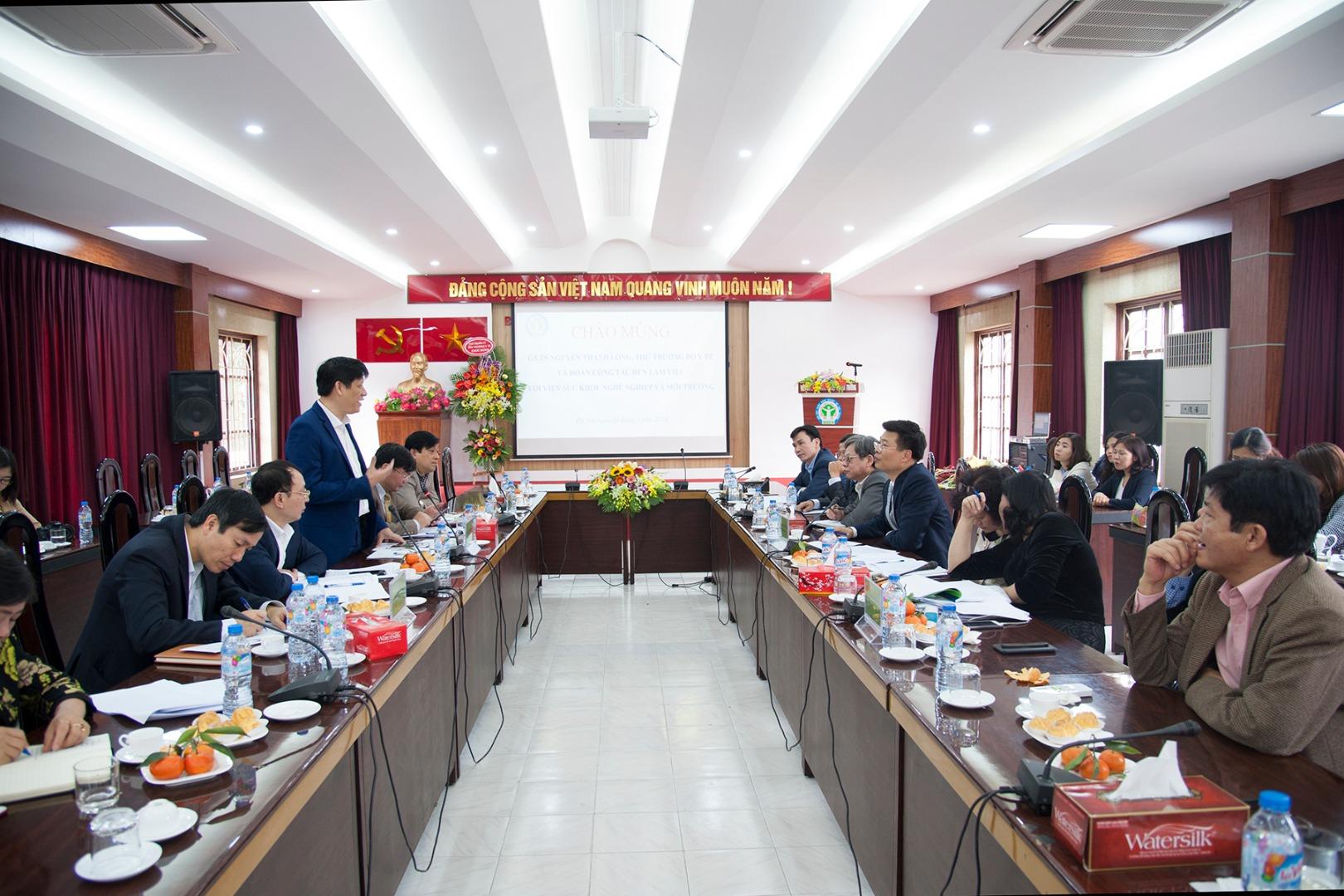 Thứ trưởng Nguyễn Thanh Long cùng đoàn công tác Bộ Y tế đến làm việc với Viện Sức khỏe nghề...