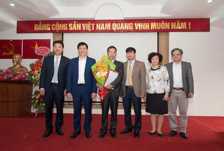 Thứ trưởng Nguyễn Thanh Long cùng đoàn công tác Bộ Y tế đến trao quyết định bổ nhiệm lại chức vụ Phó Viện trưởng.