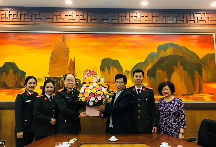 Phòng PA83 Công An thành phố Hà Nội chúc mừng Viện Sức khỏe nghề nghiệp và môi trường nhân dịp Ngày Thầy thuốc Việt Nam 27/2.