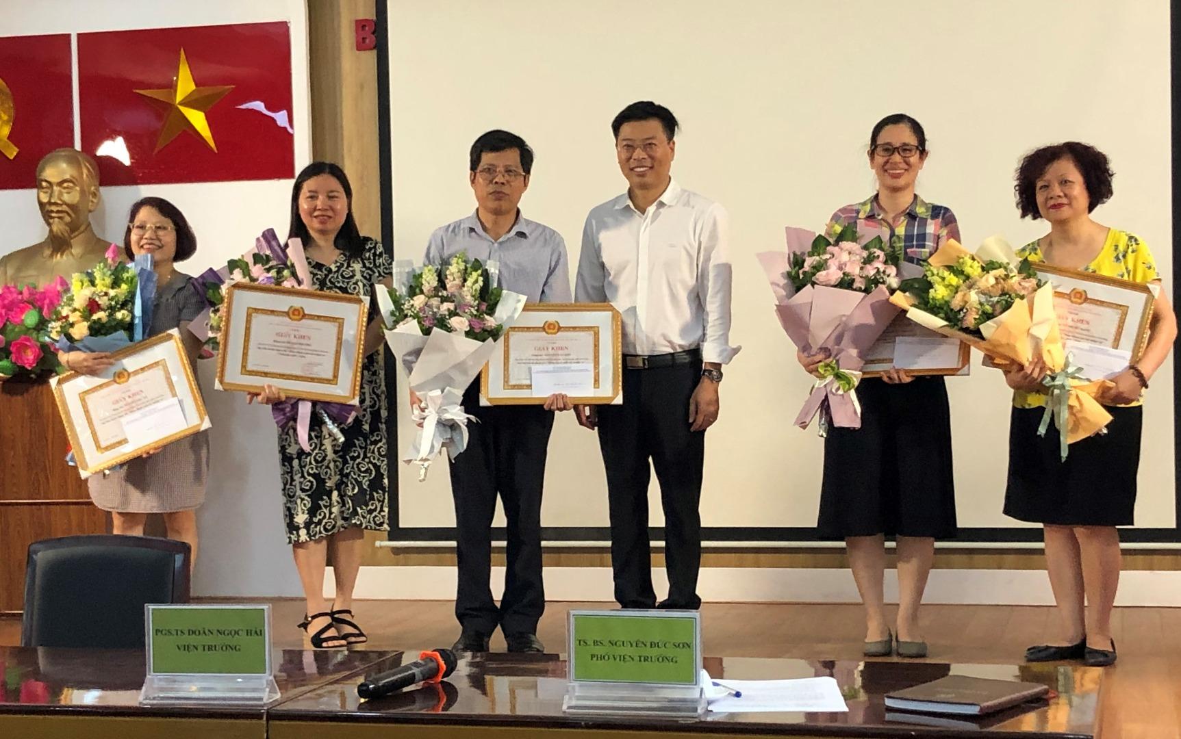 Khen thưởng các Đảng viên hoàn thành xuất sắc nhiệm vụ 05 năm liền (2015-2019)