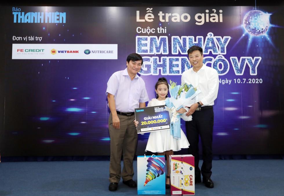 """Viện trưởng Viện sức khỏe nghề nghiệp và môi trường tham dự Lễ tổng kết và trao giải cuộc thi """" Em nhẩy Ghen Covy"""" do Báo thanh niên thổ chúc"""